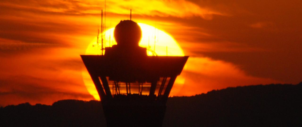 Radar sur tour de contrôle